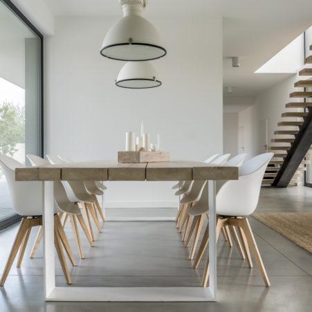 la décoration d'intérieur de la salle à manger avec du bois, sol en béton ciré, métal et fibres naturelles à montpellier